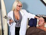Docteur blonde à gros seins baisée par…