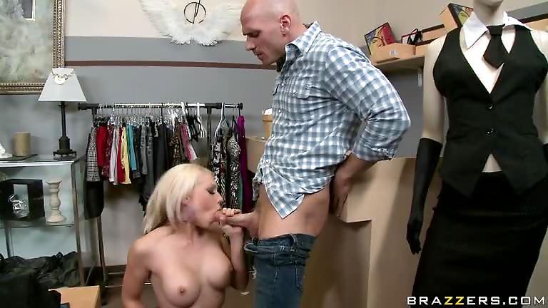 une pute suce gros seins de maman