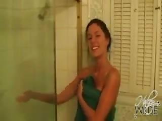 rouquine salope gros seins sous la douche