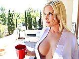 Bourgeoise blonde sexy se fait péter la…