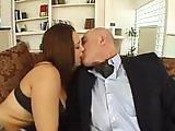 Vieux pervers mature baise une jeune…