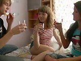 Baise de ouf en trio avec deux jeunes…