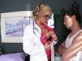Blonde nympho docteur baise la queue de…