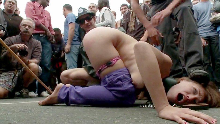 Une chienne soumise se fait humilier en public->