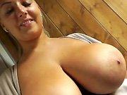 Une gourmande blonde avec de gros seins naturels